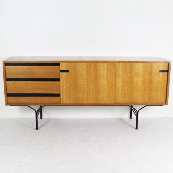 enfilade vintage des années 50, de Gérard Guermonprez pour Magnani, structure en frêne et piétement en métal laqué noir.