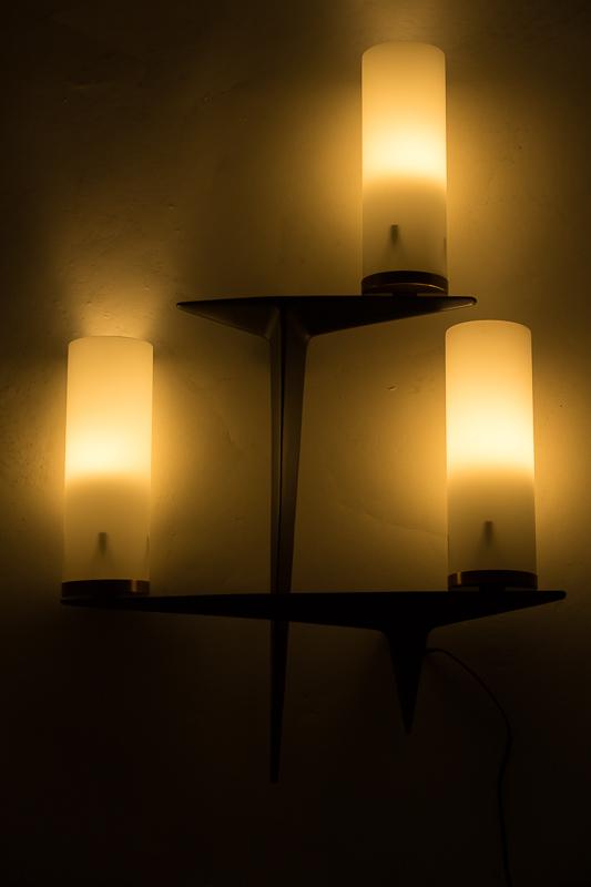 Appliques à trois feux, de la Maison française Arlus en métal laqué noir et opalines d'origine, circa 1950. Des luminaires très décoratifs, de belles dimensions .