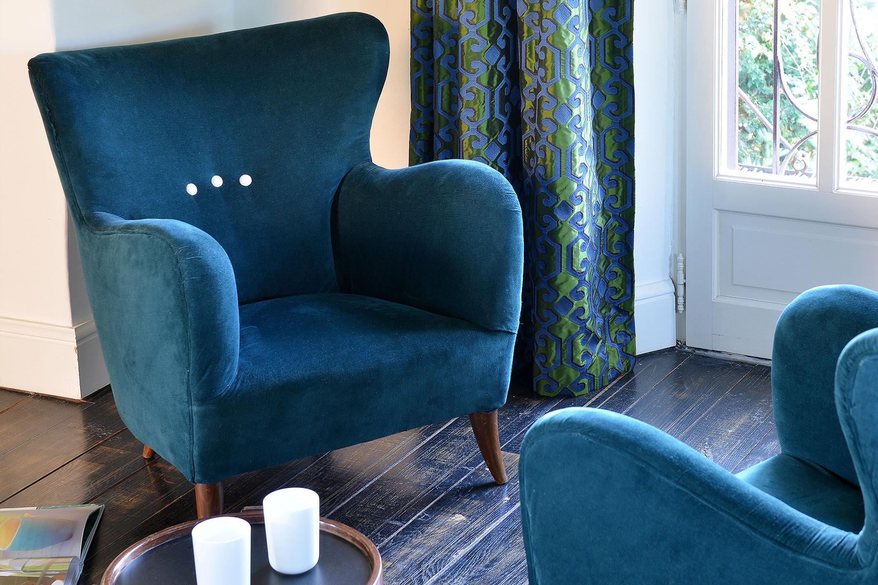Fauteuils des années 50, en velours bleu, rideau tissu de la Maison Dedar