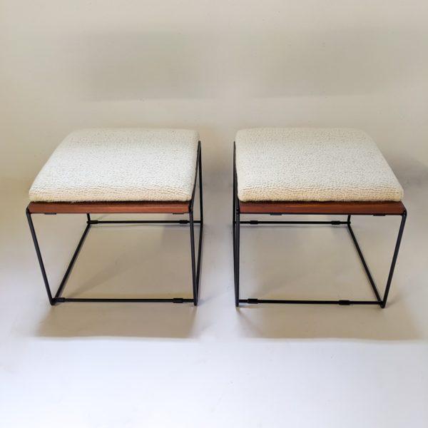 Paire de tables basses/tabourets vintage à plateaux réversibles en acajou, coussin en mousse refaite à neuf, recouverte d'un tissu de la Maison Pierre Frey, piétement en métal laqué noir. Travail français des années 50.