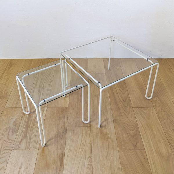Paire de tables basses carrées, en métal courbé et laqué blanc, plateaux en verre d'origine, années 70