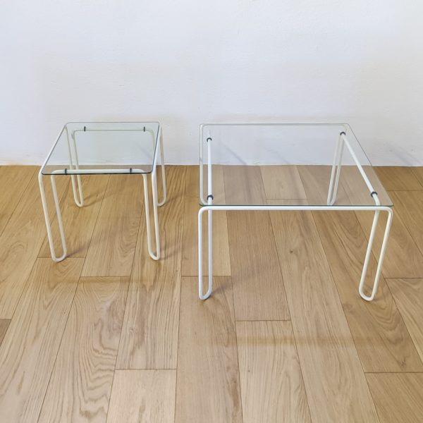 aire de tables basses carrées, en métal courbé et laqué blanc, plateaux en verre d'origine, années 70