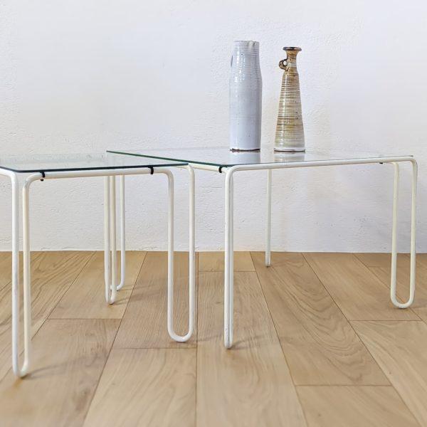 aire de tables basses, en métal courbé et laqué blanc, plateaux en verre d'origine, années 70