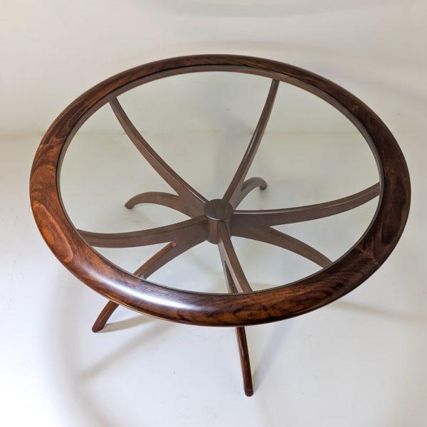 """Table basse ronde, modèle """"Spider""""du designer anglais Victor Wilkins, pour le fabricant britannique G Plan, structure biomorphique en teck massif et plateau en verre, réalisée dans les années 70"""