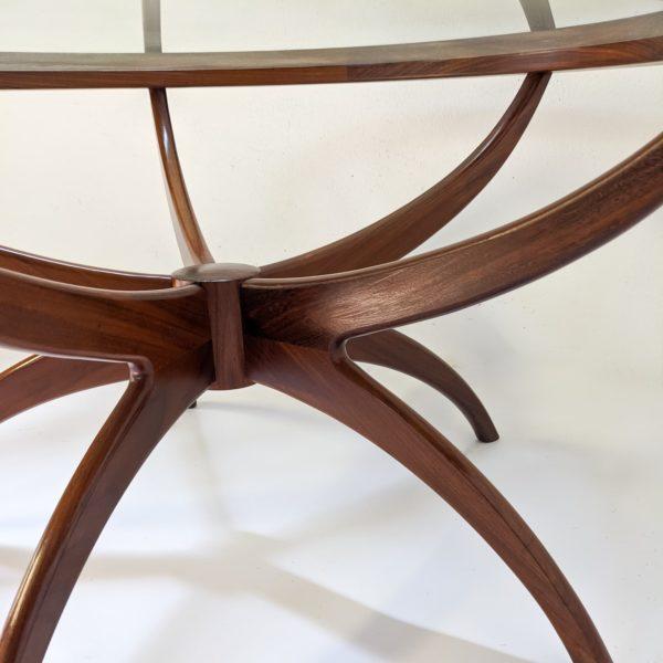 """Table basse modèle """"Spider""""du designer anglais Victor Wilkins, pour le fabricant britannique G Plan, structure biomorphique en teck massif et plateau en verre, réalisée dans les années 70"""