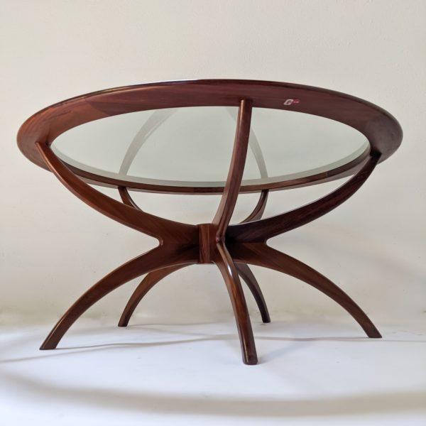 """Table basse ronde modèle """"Spider""""du designer anglais Victor Wilkins, pour le fabricant britannique G Plan, structure biomorphique en teck massif et plateau en verre, réalisée dans les années 70"""