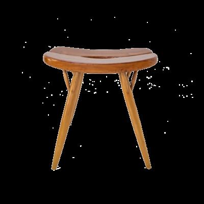 """Tabouret modèle """"Pirkka"""" du designer finlandais Ilmari Tapiovaara pour Laukaan Puu dans les années 50 . L'assise en pin repose sur quatre pieds en bouleau, signatures du designer et du fabricant sous l'assise."""
