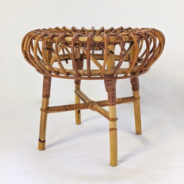 Tabouret en rotin de Franco Albini, édité par Vittorio Bonacina dans les années 60, assise ronde reposant sur quatre pieds, en bon état vintage.