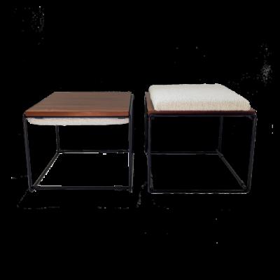 Paire de tables basses/tabourets à plateaux réversibles en acajou, coussin en mousse refaite à neuf, recouverte d'un tissu de la Maison Pierre Frey, piétement en métal laqué noir. Travail français des années 50.