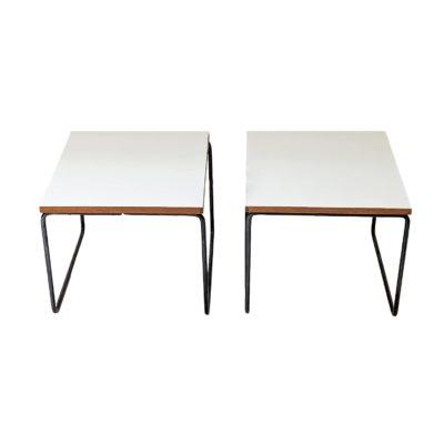 tables volantes carrées de Pierre Guariche, éditées par Steiner dans les années 50, en métal et Formica .