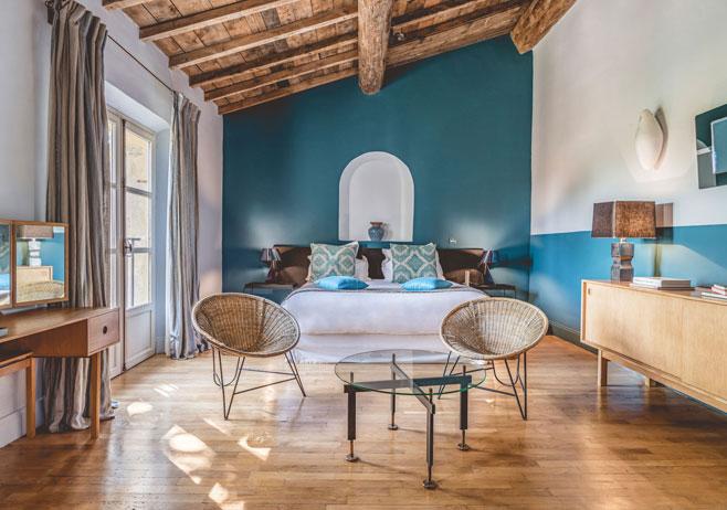 Hameau des Baux : décoration vintage d'une chambre d'hôtel signée Emmanuelle Vidal