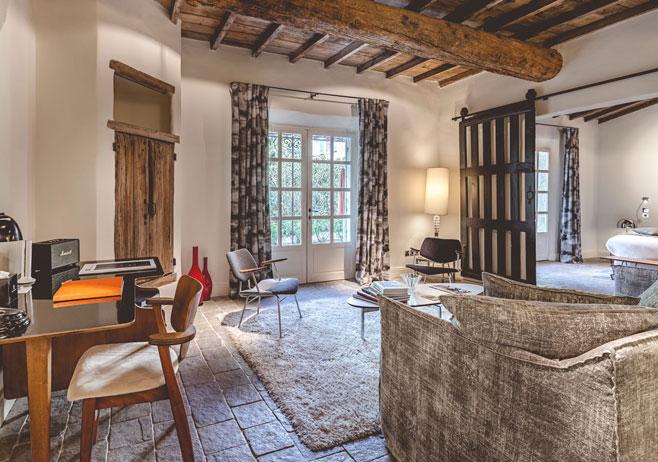 Décoration intérieure d'un hôtel de luxe, chambre ambiance vintage, mobilier années 50.