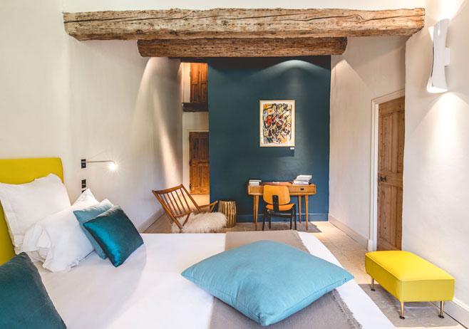 Hameau des Baux : décoration vintage d'une chambre d'hôtel par Emmanuelle Vidal