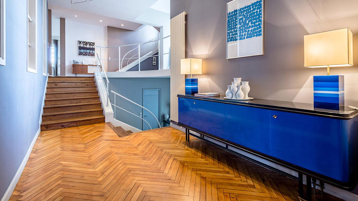 Décoration intérieure d'une maison, ambiance vintage, enfilade des années 60 en bois laqué, métal noir et laiton.