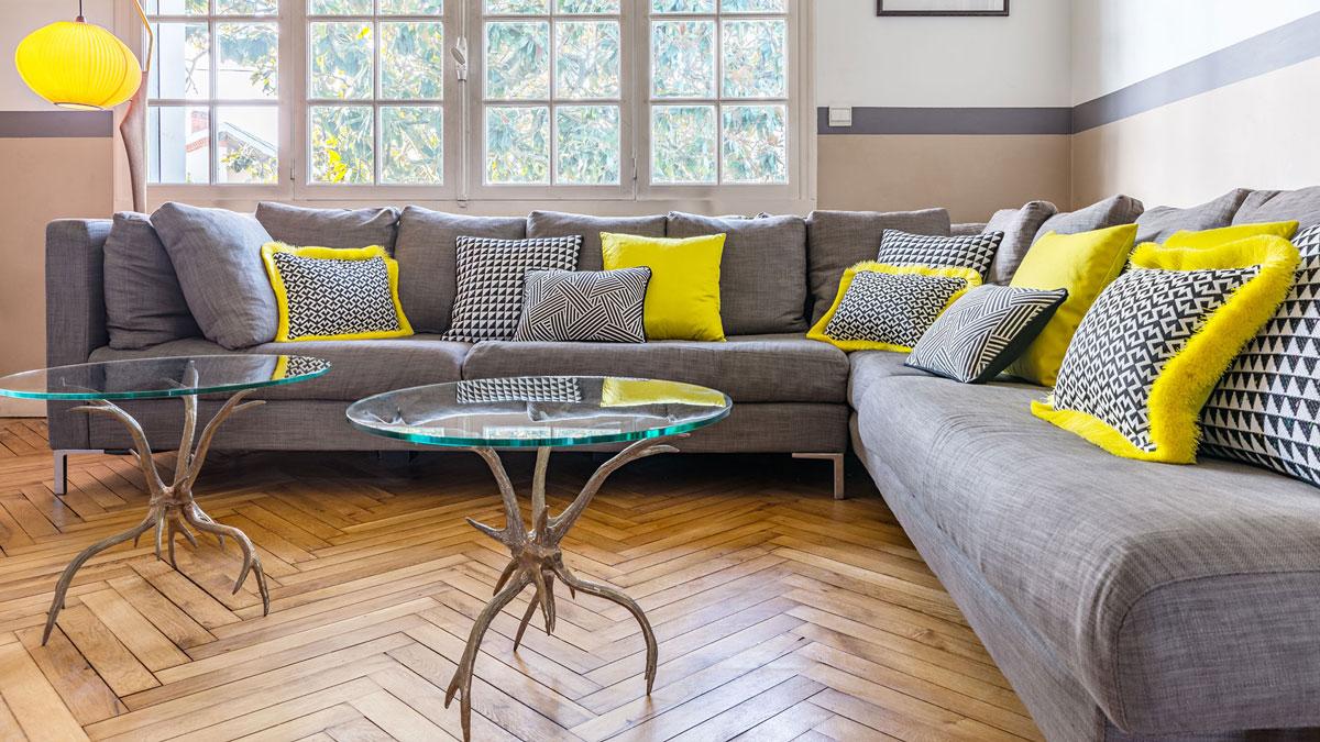 Décoration maison, table ronde en bronze et verre des années 70, canapé contemporain, déco vintage chic.