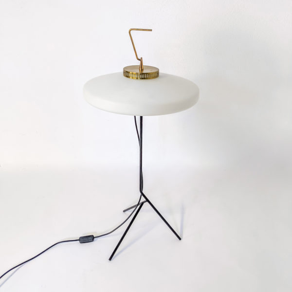 Lampe vintage en métal laqué noir, laiton et opaline, travail italien réalisé dans les années 50, attribué au fabricant Stilnovo.