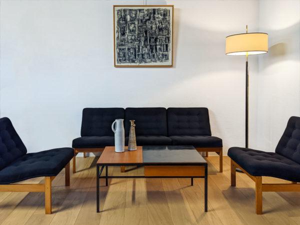 5 chauffeuses vintage scandinaves signées Ole Gjerløv-Knudsen et Tørben Lind autour d'une table table basse d'André Simard des années 50